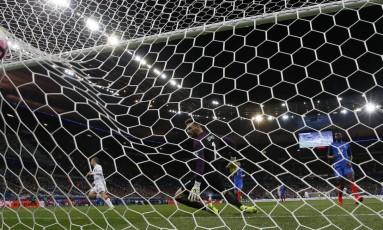 O espanhol Gerard Deulofeu comemora o segundo gol na vitória sobre a França Foto: Gonzalo Fuentes / REUTERS
