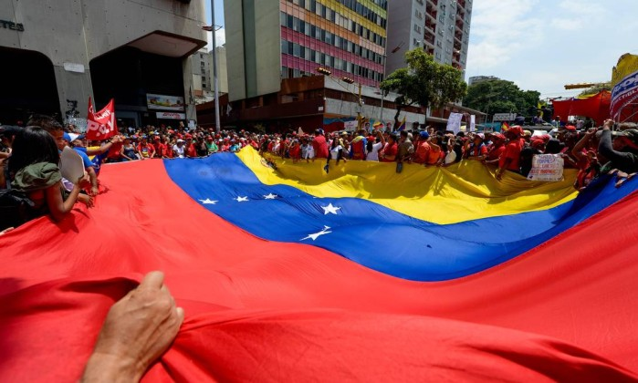 Deputados da Venezuela protestam em frente à Assembleia Nacional