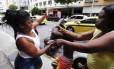 Mãe se descontrola em frente à delegacia de Copacabana e bate no filho levado pela polícia por envolvimento com o tráfico. Na foto ela é contida pela avó da criança Foto: Pablo Jacob / Agência O Globo