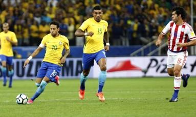 Neymar toca a bola na partida entre Brasil e Paraguai, na Arena Corinthians Foto: EdilSon Dantas