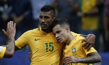 Philippe Coutinho é abraçado por Paulinho ao abrir o placar contra o Paraguai Foto: Marcos Alves