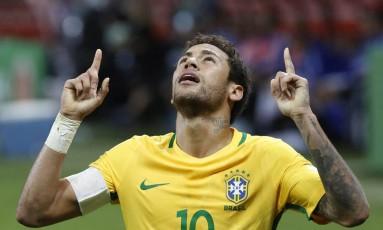 Neymar ergue as mãos aos céus ao comemorar mais um golaço pela seleção Foto: Edilson Dantas
