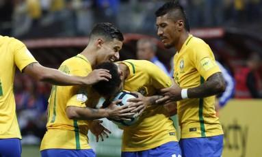 Entre Coutinho e Paulinho, Neymar beija a bola ao marcar um golaço na Arena Corinthians Foto: Edilson Dantas