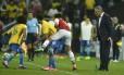 Tite observa uma disputa de bola envolvendo Neymar e Marcelo na vitória do Brasil sobre o Paraguai