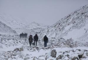 Alpinistas em expedição ao Everest caminham em direção a um acampamento perto de Lobuche, no Nepal Foto: Tashi Sherpa / AP