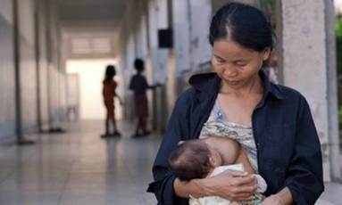 Maioria dos recém-nascidos é alimentada por leite materno no Camboja, mas porcentagem está diminuindo Foto: UNICEF / Khoy Bona