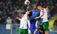 Bas Dost, da Holanda, briga pela bola com adversários da Bulgária: holandeses estão mal nas eliminatórias