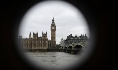 Parlamento britânico e Big Ben são vistos através de buraco no centro de Londres Foto: Matt Dunham / AP