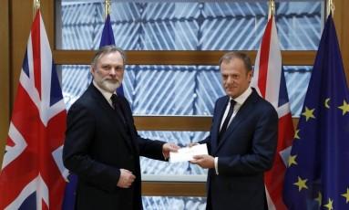 Representante do Reino Unido na UE, Tim Barrow, à esquerda, entrega carta ao presidente do Conselho Europeu, Donald Tusk, oara notificar bloco sobre ativação do Artigo 50 Foto: Yves Herman / AP