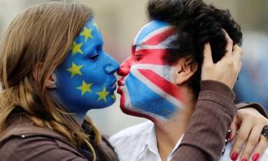 Casal pinta seus rostos com bandeiras da UE e do Reino Unido Foto: Reuters