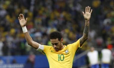 Neymar ergue os braços na vitória sobre o Paraguai: atacante cresceu junto com a seleção brasileira Foto: Edilson Dantas / Agência O Globo