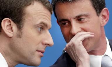 Manuel Valls, à direita, quando primeiro-ministro, fala com o então ministro da economia, Emmanuel Macron Foto: Philippe Wojazer / AP
