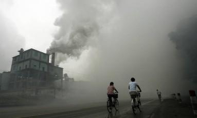 Imagem de arquivo mostra poluição gerada por uma fábrica em Yutian, a 100 km de Pequim Foto: Peter Parks / AFP