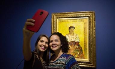 O Triunfo da Cor. Na foto, Maryana Soares e Stephanie Almeida fazem selfie na exposicao. Foto Ana Branco / Agencia O Globo Foto: Ana Branco / Agência O Globo