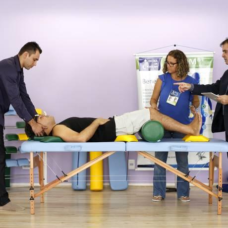 RDM. Método criado pelo fisioterapeuta Francisco Miguel Pinto (à direita) promete eliminar dores na coluna Foto: Fábio Rossi
