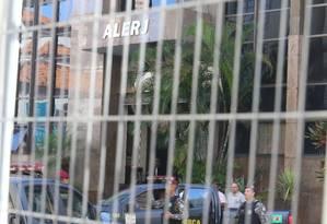 A PF esteve na Alerj na manhã desta quarta-feira para cumprir mandados Foto: Fabiano Rocha / O Globo