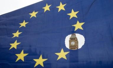 Manifestante pró-UE balança bandeira do bloco na frente do Big Ben, em Londres Foto: OLI SCARFF / AFP