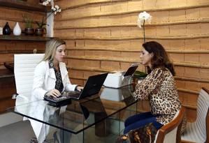 Isabella Correia e Thereza Lago durante consulta em Ipanema Foto: Agência O Globo / Fabio Rossi