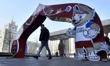 Arco comemorativo da Copa das Confederações ornamenta o centro de Moscou: preparação para o Mundial de 2018 Foto: YURI KADOBNOV / AFP