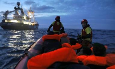 ONG Proactiva realiza resgate no Mediterrâneo, saindo da costa líbia Foto: YANNIS BEHRAKIS / REUTERS