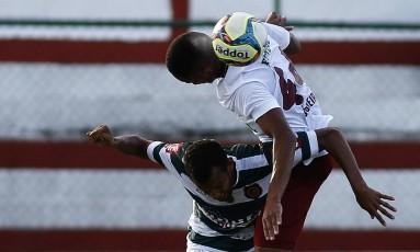 Zagueiro Nogueira, do Flu, disputa a bola com jogador do Madureira Foto: Nelson Perez