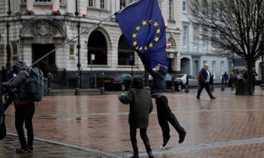 Criança salta para pegar a bandeira da União Europeia durante um protesto contra o Brexit em Birmingham, no Reino Unido Foto: DARREN STAPLES / REUTERS