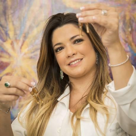 A médica Caroline Frota exibe as cápsulas de Viagra Foto: Analice Paron / Analice Paron