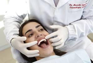 O dentista Marcelo Siqueira e sua paciente Lorena Tavares, que passou por uma gengivectomia Foto: Fabio Rossi / Agência O Globo