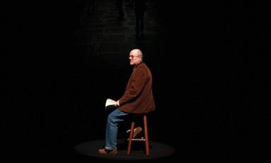 """Performático: Em 2011, João Gilberto Noll interpretou a sua própria obra no projeto """"Autores em cena"""", do Itaú Cultural Foto: Michel Filho / Agência O GLOBO"""