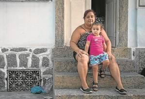 Alessandra aguarda vaga numa creche para a filha Amanda, de 2 anos: em 83% dos casos as mulheres são as responsáveis pelas crianças Foto: Alexandre Cassiano