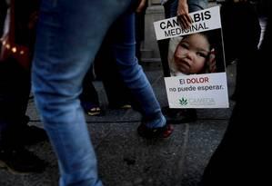 Mulher segura cartaz em Buenos Aires: 'Cannabis medicinal - a dor não pode esperar' Foto: Natacha Pisarenko/AP