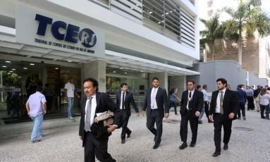 Agentes da Polícia Federal cumprem mandado de busca e apreensão no TCE-RJ Foto: Guilherme Pinto / Agência O Globo / 29-3-2017
