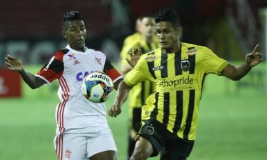 Rodinei, do Flamengo, disputa a bola com um jogador do Volta Redonda Foto: Gilvan de Souza