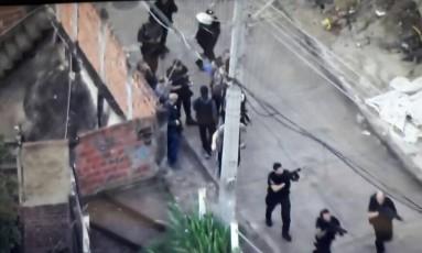 Agentes fazem operação no Complexo do Lins Foto: Reprodução/TV Globo