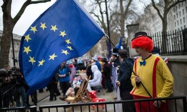 Manifestantes anti-Brexit protestam em frente ao gabinete da premier, Theresa May, em Londres Foto: OLI SCARFF / AFP