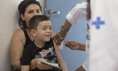 Menino toma vacina contra febre amarela em posto do Rio Foto: Márcia Foletto em 25.03.2017 / Agência O Globo