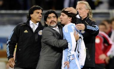 Maradona abraça Messi na Copa do Mundo de 2010: ídolo defende craque da seleção argentina Foto: DYLAN MARTINEZ / Reuters