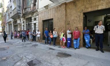 Fila para vacinação contra a febre amarela no posto de saúde da Rua Henrique Valadares, no Centro Foto: Marcia Foletto / O Globo