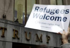 Manifestantes se reunem na frente do prédio de Trump em Nova York em protesto ao veto migratório. Foto: LUCAS JACKSON / REUTERS