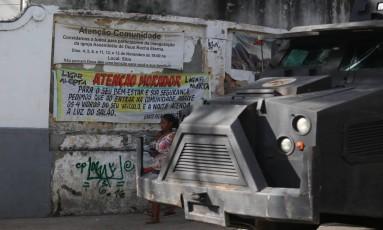A faixa está pendurada num dos acessos ao Complexo do Lins Foto: Fabiano Rocha / Agência O Globo
