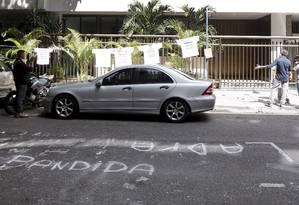 Protesto na porta do edifício da família Cabral, com ruas pintadas Foto: Antonio Scorza / O Globo