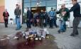 Viticultores franceses quebram garradas de vinho em frente a supermercado em Gard Foto: BERTRAND LANGLOIS / AFP