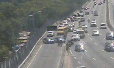 O trânsito interditado na Linha Amarela Foto: Centro de Operações da Prefeitura do Rio / Reprodução