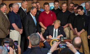 Donald Trump assinou, em 28 de março, uma ordem executiva que desfaz várias iniciativas de Obama para deter o aquecimento global e, assim, diminuir as temperaturas do planeta Foto: JIM WATSON / AFP