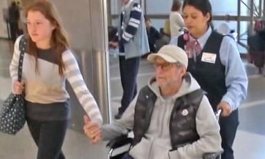 Eric Clapton é flagrado em cadeira de rodas em aeroporto de Los Angeles Foto: Reprodução/ / X17online.com