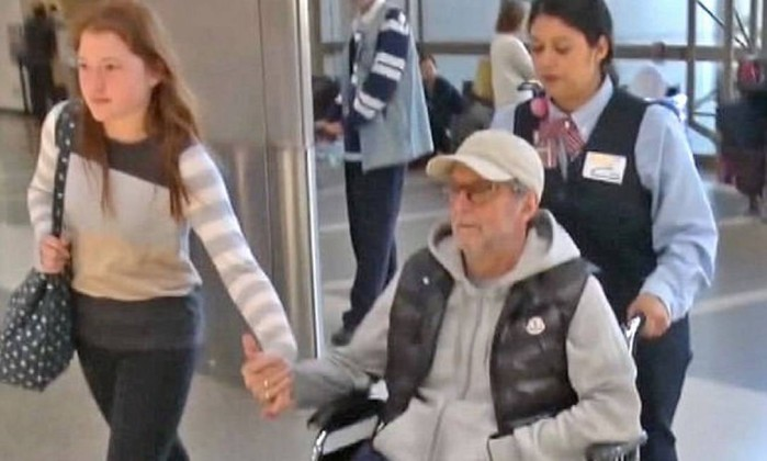 Eric Clapton flagrado em cadeira de rodas no aeroporto de LA... 3EC34C4600000578-4364468-image-a-95_1490878525694