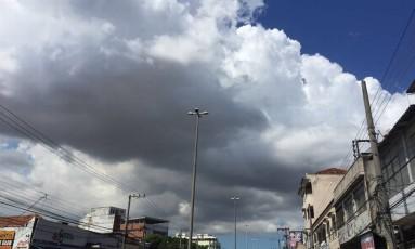 Céu nublado nesta quinta-feira na Avenida Dom Hélder Câmara Foto: Márcia Foletto / Agência O Globo