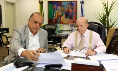 Pezão despachando com o vice-governador Dornelles no dia 1º de novembro do ano passado. Foto: Carlos Magno / Agência O Globo (01/11/2016)