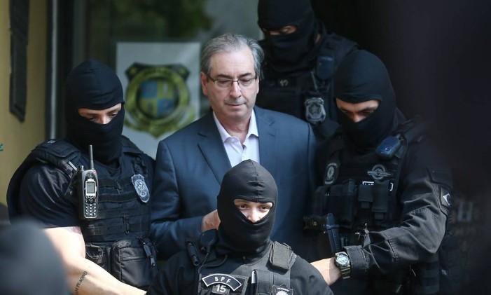 O ex-presidente da Câmara Eduardo Cunha é levado por agentes da Polícia Federal Foto: Geraldo Bubniak / O Globo/Arquivo