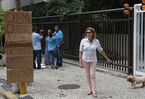 Cartaz pede buzinaço pela volta de Adriana Ancelmo para Bangu 8 Foto: ANTONIO SCORZA / Agência O Globo